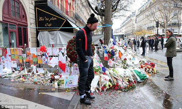 Nổ súng bên ngoài Nhà thờ Đức Bà Paris, Pháp - Ảnh 3.