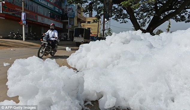 Ấn Độ: Bọt từ sông bị ô nhiễm tràn ra đường - Ảnh 2.