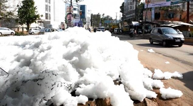 Ấn Độ: Bọt từ sông bị ô nhiễm tràn ra đường - Ảnh 1.