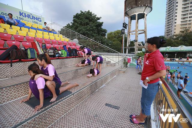 Tập ở hồ bơi công cộng, ĐT Bơi nghệ thuật Việt Nam đặt mục tiêu HCĐ SEA Games 29 - Ảnh 3.