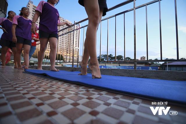 Tập ở hồ bơi công cộng, ĐT Bơi nghệ thuật Việt Nam đặt mục tiêu HCĐ SEA Games 29 - Ảnh 4.