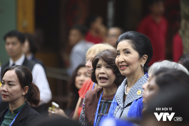 Phu nhân/phu quân APEC chụp ảnh selfie giữa phố cổ Hội An - Ảnh 6.