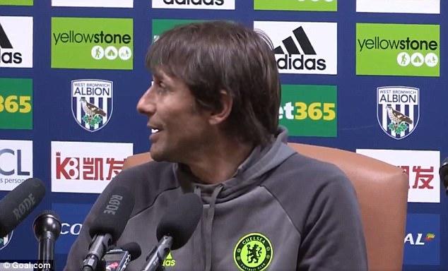 HLV Conte bị dàn sao Chelsea chơi xỏ trong ngày ăn mừng chức vô địch - Ảnh 7.