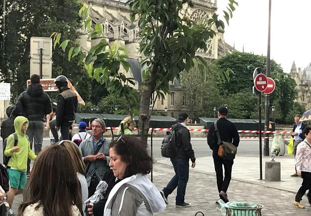 Nổ súng bên ngoài Nhà thờ Đức Bà Paris, Pháp - Ảnh 2.