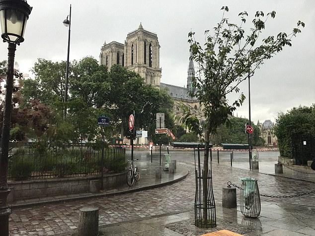 Nổ súng bên ngoài Nhà thờ Đức Bà Paris, Pháp - Ảnh 1.
