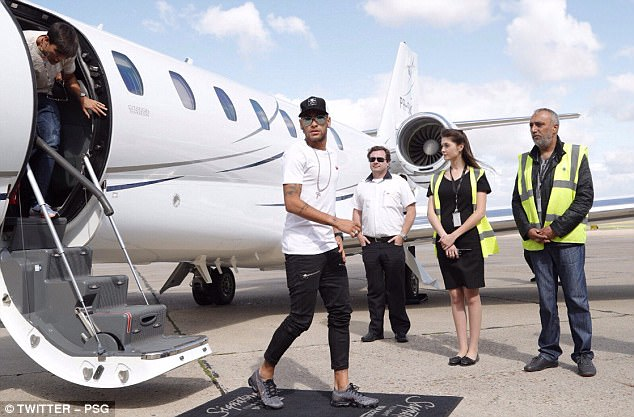 CHÙM ẢNH: Neymar ra mắt Paris Saint-Germain - Ảnh 4.
