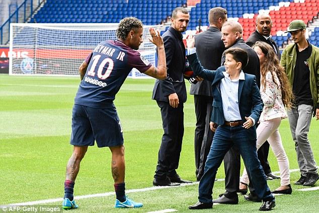 CHÙM ẢNH: Neymar ra mắt Paris Saint-Germain - Ảnh 9.