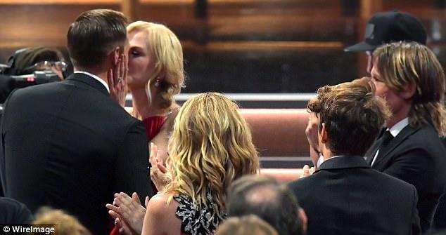 Emmy 2017: Nicole Kidman hôn môi chúc mừng bạn diễn trước mặt chồng - Ảnh 1.