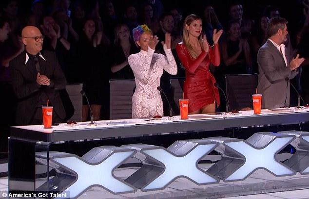 Cô bé hài hước trình diễn bằng rối lên ngôi Quán quân Americas Got Talent - Ảnh 3.