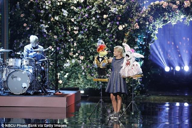 Cô bé hài hước trình diễn bằng rối lên ngôi Quán quân Americas Got Talent - Ảnh 1.