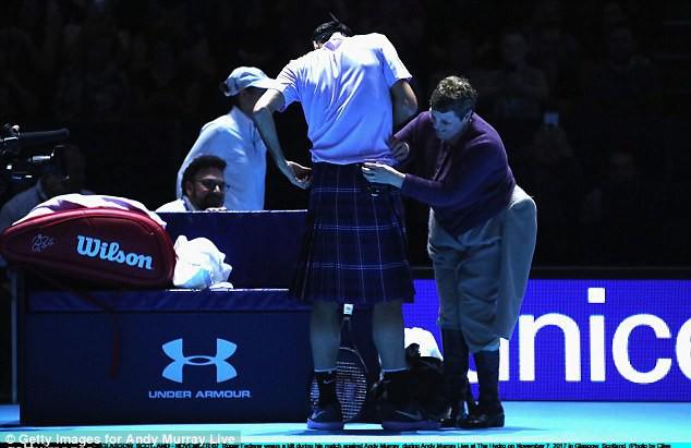 ẢNH: Ngộ nghĩnh Roger Federer mặc váy đối đầu với Andy Murray - Ảnh 2.