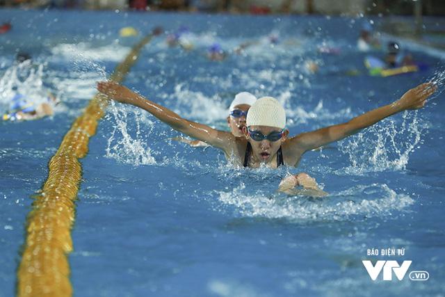 Tập ở hồ bơi công cộng, ĐT Bơi nghệ thuật Việt Nam đặt mục tiêu HCĐ SEA Games 29 - Ảnh 5.