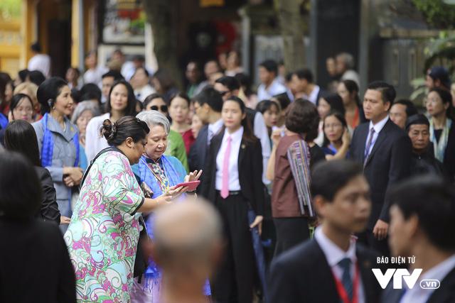 Phu nhân/phu quân APEC chụp ảnh selfie giữa phố cổ Hội An - Ảnh 5.