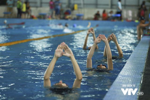 Tập ở hồ bơi công cộng, ĐT Bơi nghệ thuật Việt Nam đặt mục tiêu HCĐ SEA Games 29 - Ảnh 7.