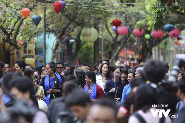 Phu nhân/phu quân APEC chụp ảnh selfie giữa phố cổ Hội An - Ảnh 4.