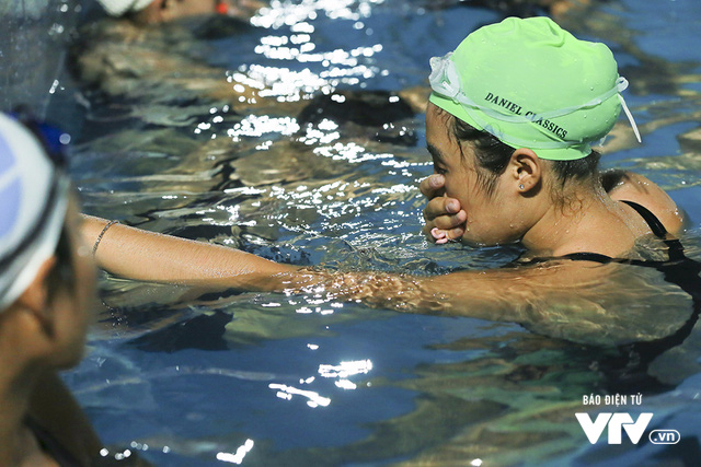 Tập ở hồ bơi công cộng, ĐT Bơi nghệ thuật Việt Nam đặt mục tiêu HCĐ SEA Games 29 - Ảnh 8.