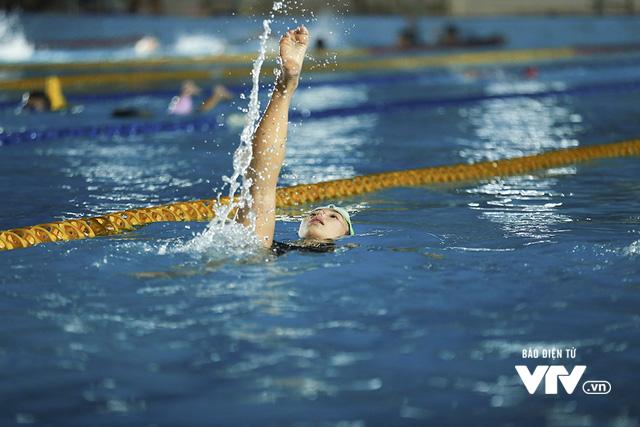 Tập ở hồ bơi công cộng, ĐT Bơi nghệ thuật Việt Nam đặt mục tiêu HCĐ SEA Games 29 - Ảnh 9.