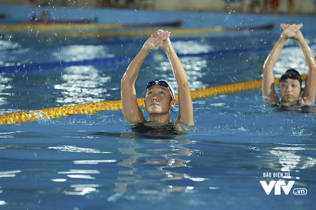 Tập ở hồ bơi công cộng, ĐT Bơi nghệ thuật Việt Nam đặt mục tiêu HCĐ SEA Games 29 - Ảnh 10.