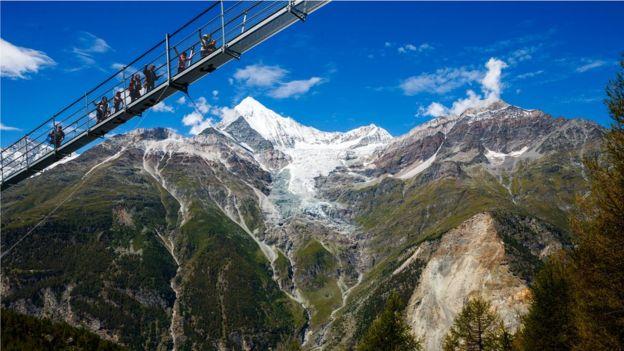 Khai trương cầu treo đi bộ dài nhất thế giới ở Thụy Sĩ - Ảnh 2.