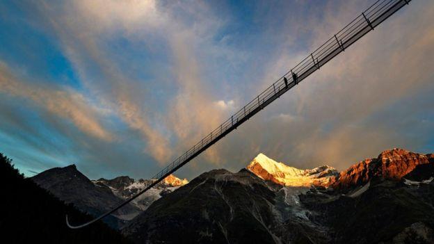 Khai trương cầu treo đi bộ dài nhất thế giới ở Thụy Sĩ - Ảnh 1.