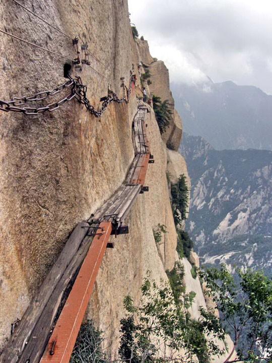 Núi Hoa Sơn - Con đường nguy hiểm nhất thế giới trên ván gỗ - Ảnh 1.
