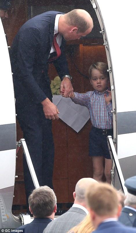 Anh em Hoàng tử bé nước Anh siêu đáng yêu cùng cha mẹ công du Ba Lan - Ảnh 2.