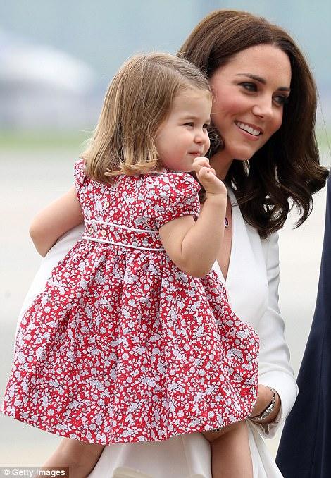 Anh em Hoàng tử bé nước Anh siêu đáng yêu cùng cha mẹ công du Ba Lan - Ảnh 4.