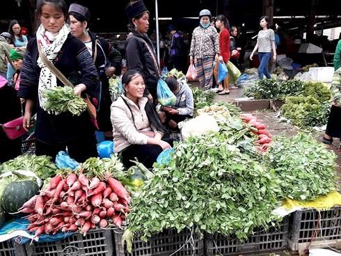 Thong dong dạo bước chợ phiên phố núi Sa Pa - Ảnh 1.