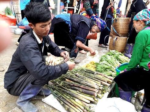 Thong dong dạo bước chợ phiên phố núi Sa Pa - Ảnh 3.