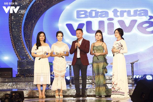 Top 12 thí sinh Chung kết Sao Mai 2017 quẩy tưng bừng tại Bữa trưa vui vẻ - Ảnh 1.