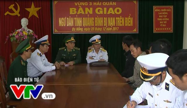 Vùng 3 Hải quân cứu nạn 4 ngư dân tàu cá Quảng Bình bị chìm - Ảnh 1.