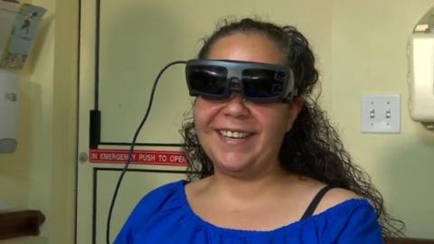 Mắt kính điện tử giúp người khiếm thị nhìn rõ - Ảnh 1.