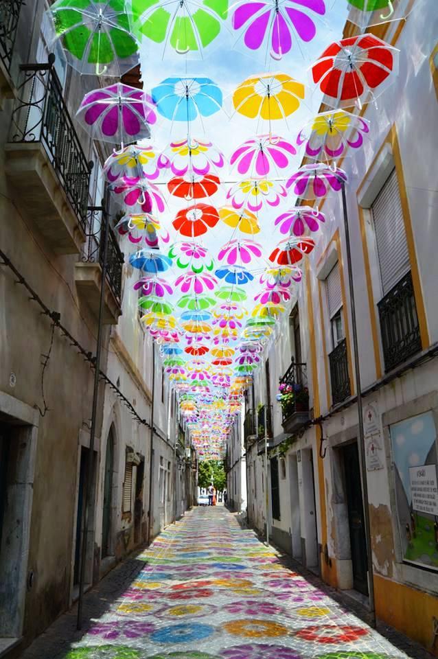 Thú vị con đường với những chiếc ô rực rỡ tại Bồ Đào Nha - Ảnh 8.
