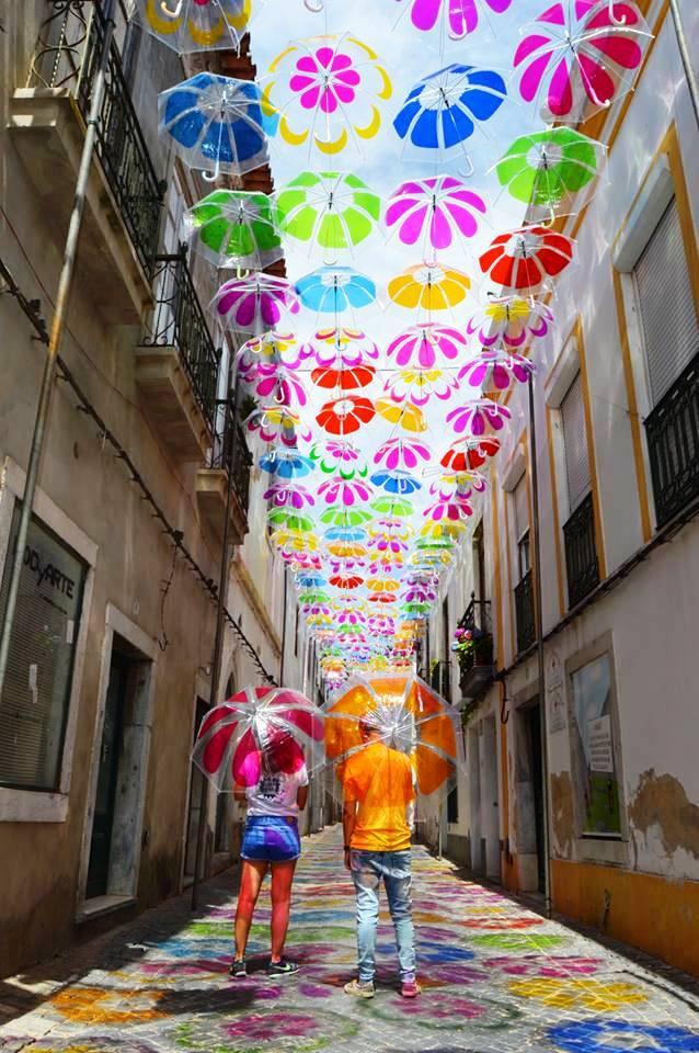 Thú vị con đường với những chiếc ô rực rỡ tại Bồ Đào Nha - Ảnh 9.