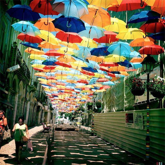 Thú vị con đường với những chiếc ô rực rỡ tại Bồ Đào Nha - Ảnh 2.