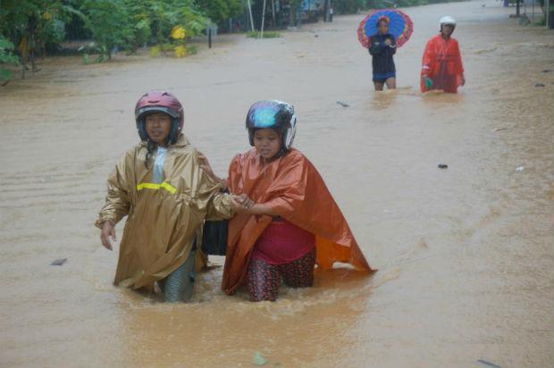 Bão nhiệt đới đổ bộ vào Indonesia, ít nhất 19 người thiệt mạng - Ảnh 2.
