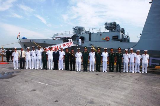 Hai tàu Hải quân Ấn Độ cập Cảng Hải Phòng - Ảnh 1.