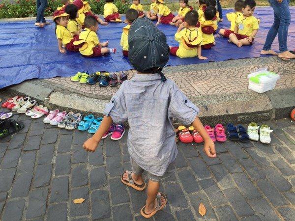 Cậu bé lượm ve chai xếp giày cho bạn được nhận học miễn phí - Ảnh 1.