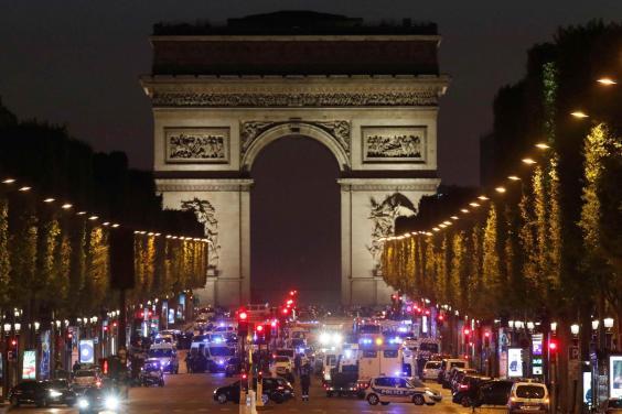 Pháp: Nổ súng ở trung tâm Paris, một cảnh sát thiệt mạng - Ảnh 1.