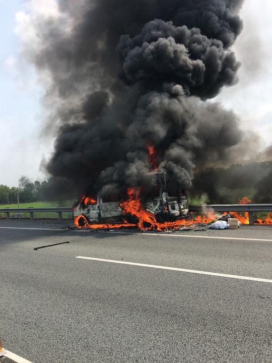 Xe khách cháy trơ khung, 14 hành khách thoát nạn trên cao tốc TP.HCM - Trung Lương - Ảnh 1.