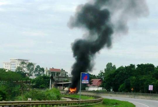 Xe chở dầu bốc cháy ngùn ngụt ở Thanh Hóa - Ảnh 1.