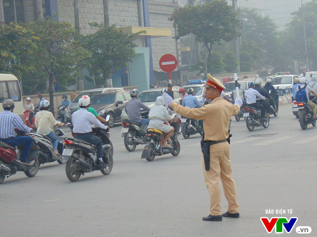 Ngang nhiên đi ngược chiều ở Hà Nội, Ủy Ban ATGT Quốc gia lên tiếng - Ảnh 1.
