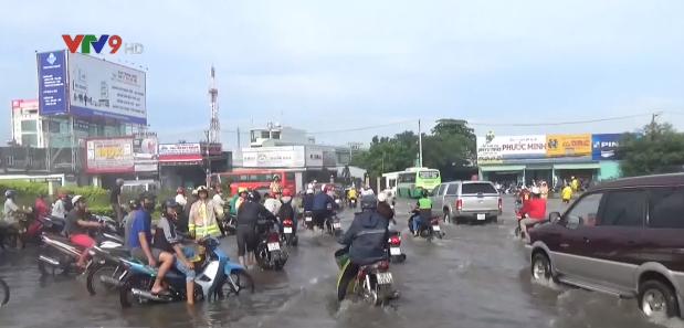 Cảnh sát giao thông TP.HCM dùng xe chuyên dụng chở dân qua vùng ngập - Ảnh 1.