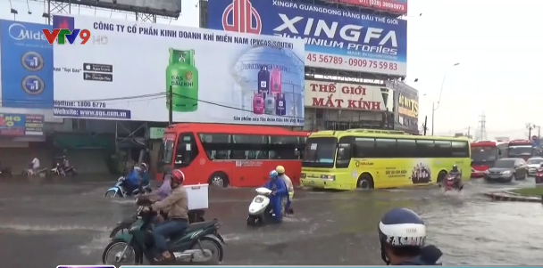 Cảnh sát giao thông TP.HCM dùng xe chuyên dụng chở dân qua vùng ngập - Ảnh 2.