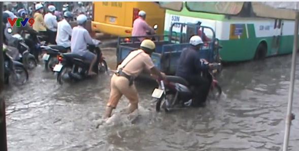 Cảnh sát giao thông TP.HCM dùng xe chuyên dụng chở dân qua vùng ngập - Ảnh 3.