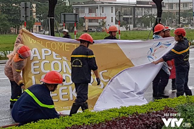 Đà Nẵng chỉnh trang đường phố chào đón APEC 2017 sau bão số 12 - Ảnh 3.