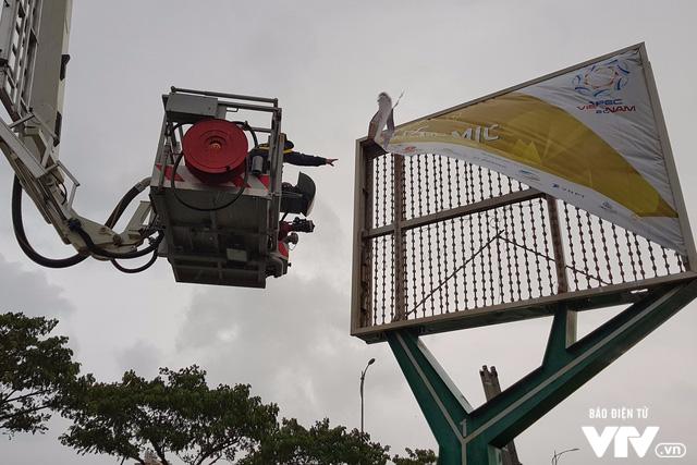 Đà Nẵng chỉnh trang đường phố chào đón APEC 2017 sau bão số 12 - Ảnh 4.
