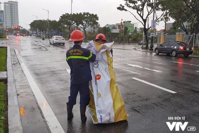 Đà Nẵng chỉnh trang đường phố chào đón APEC 2017 sau bão số 12 - Ảnh 2.