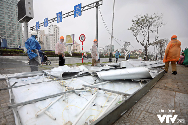 Đà Nẵng chỉnh trang đường phố chào đón APEC 2017 sau bão số 12 - Ảnh 6.
