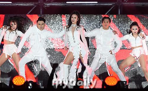 Đông Nhi được báo Hàn khen ngợi hết lời tại Asia Song Festival 2017 - Ảnh 4.
